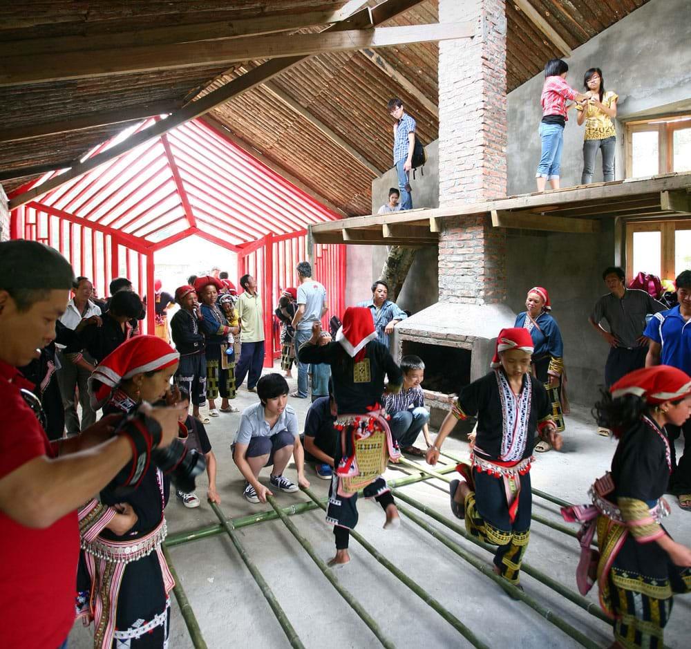 Đại hội Kiến trúc thế giới UIA đã nhận định KTS. Hoàng Thúc Hào có những đóng góp vô giá trong sáng tạo kiến trúc cho người nghèo ở nông thôn và vùng núi Việt Nam