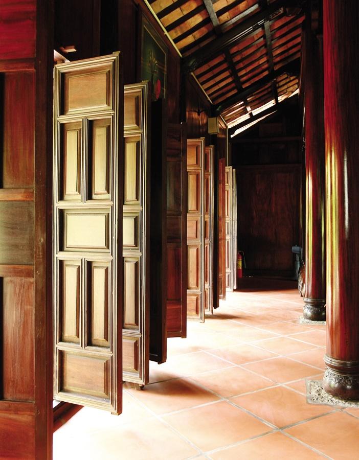 Minh đường phía trước quang đãng, hiên có mái thấp, chất liệu sậm màu... là các tiêu chuẩn cần có của nhà vườn Á Đông