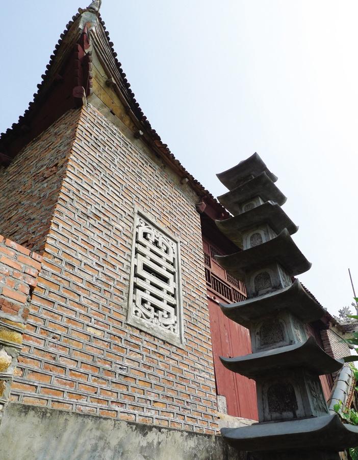 Tháp đá cạnh chùa