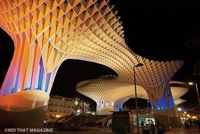 Metropol Parasol ngày và đêm