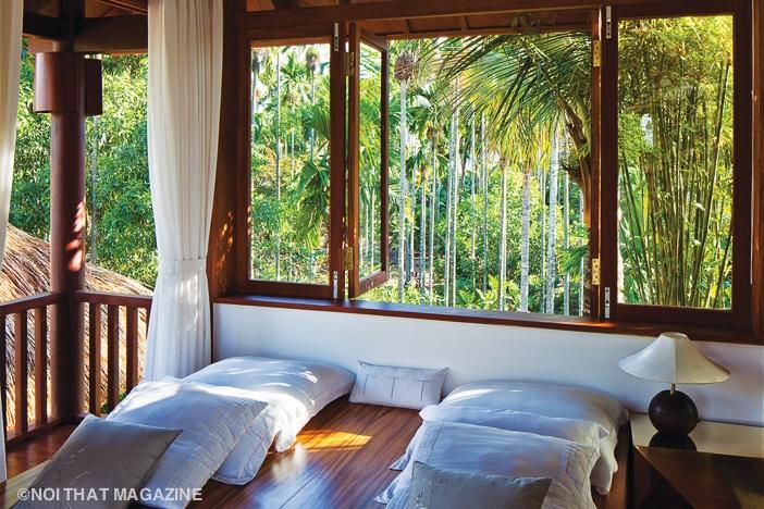 Các phòng ngủ trên lầu mở ra mảng xanh ngoài trời