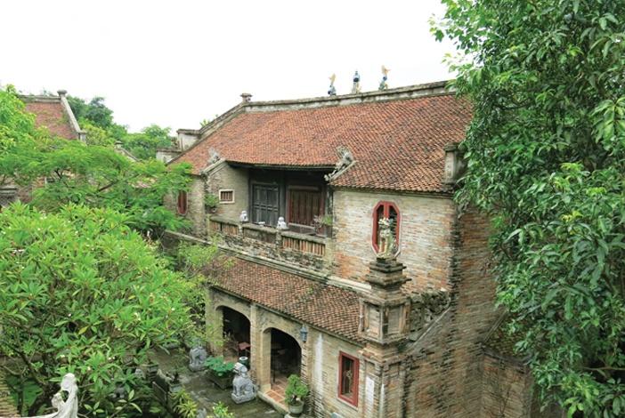 Kiến trúc truyền thống lấy yếu tố màu sắc của vật liệu làm chủ đạo, ngôi nhà thuần về Thổ và Mộc, trầm lắng và đan xen với thiên nhiên
