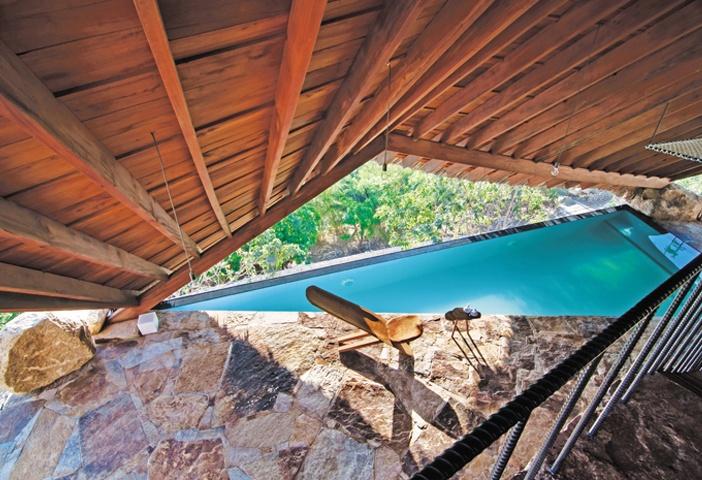 Từ cầu thang nhìn xuống tầng dưới với hồ ngâm nước khoáng trong xanh