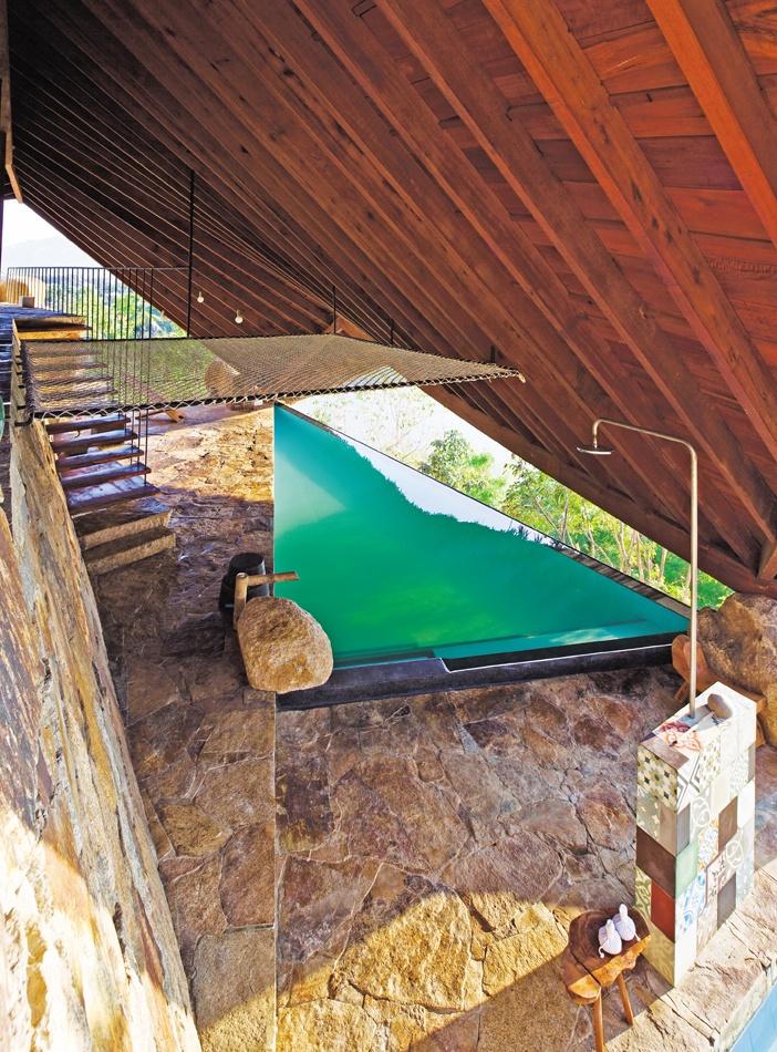 Chỗ tắm đứng, hồ ngâm, cầu thang lên tầng trên và lưng chừng không gian là chiếc võng độc đáo