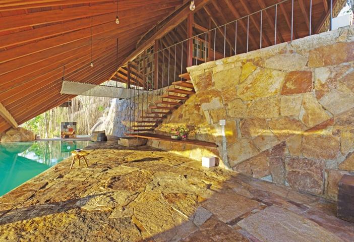 Đá, gỗ và các vật liệu có sẵn tại địa phương để xây dựng công trình này