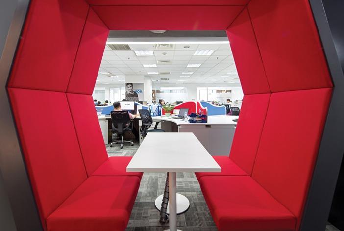 Những góc thảo luận nhanh kết nối với khu làm việc được tạo thành khối lục giác là điểm nhấn thu hút thị giác