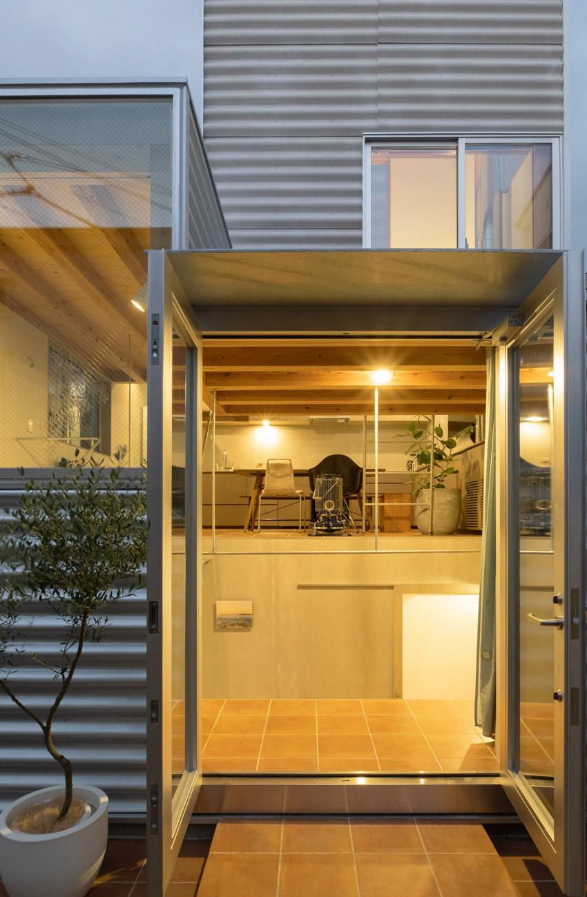 Cửa sổ sáng lên của ngôi nhà nhỏ ở Tokyo