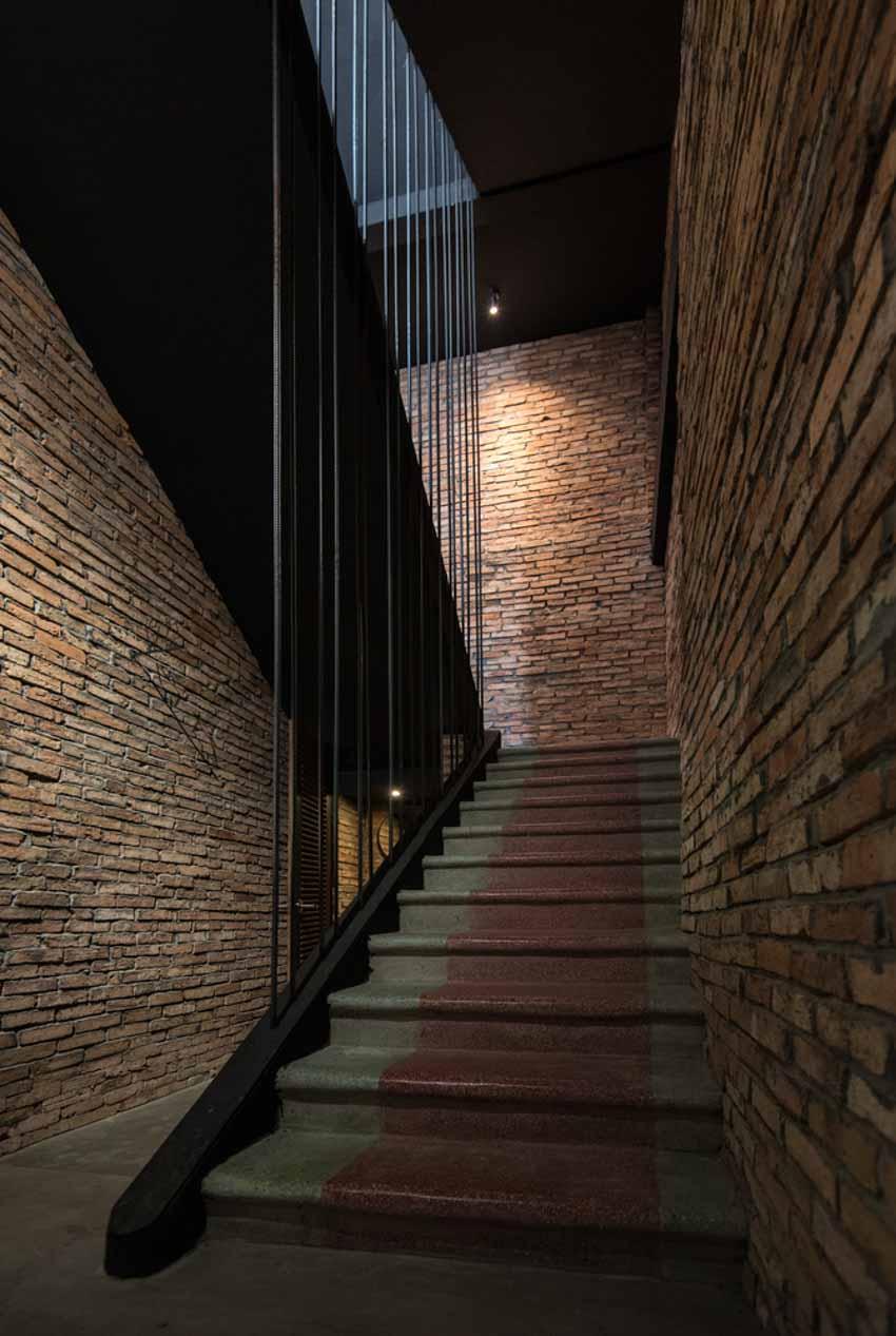 Quán café hoài cổ được cải tạo lại từ một tòa nhà cũ tại Đà Nẵng - 6