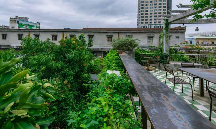 Quán café hoài cổ được cải tạo lại từ một tòa nhà cũ tại Đà Nẵng - 11