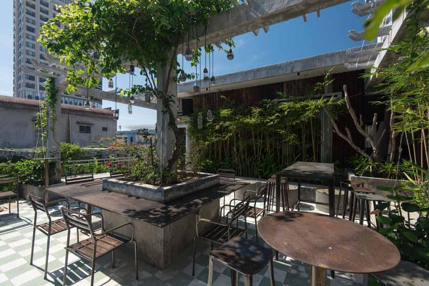 Quán café hoài cổ được cải tạo lại từ một tòa nhà cũ tại Đà Nẵng - 13