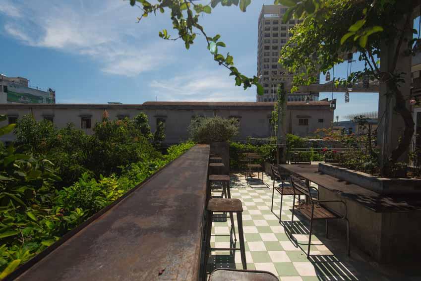 Quán café hoài cổ được cải tạo lại từ một tòa nhà cũ tại Đà Nẵng - 14