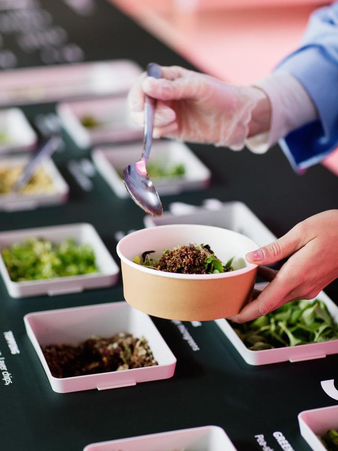 Space10 đưa ra 2.000 mẫu rau mầm được trồng theo mô hình Lokal để khách tham quan London Design Week thưởng thức.
