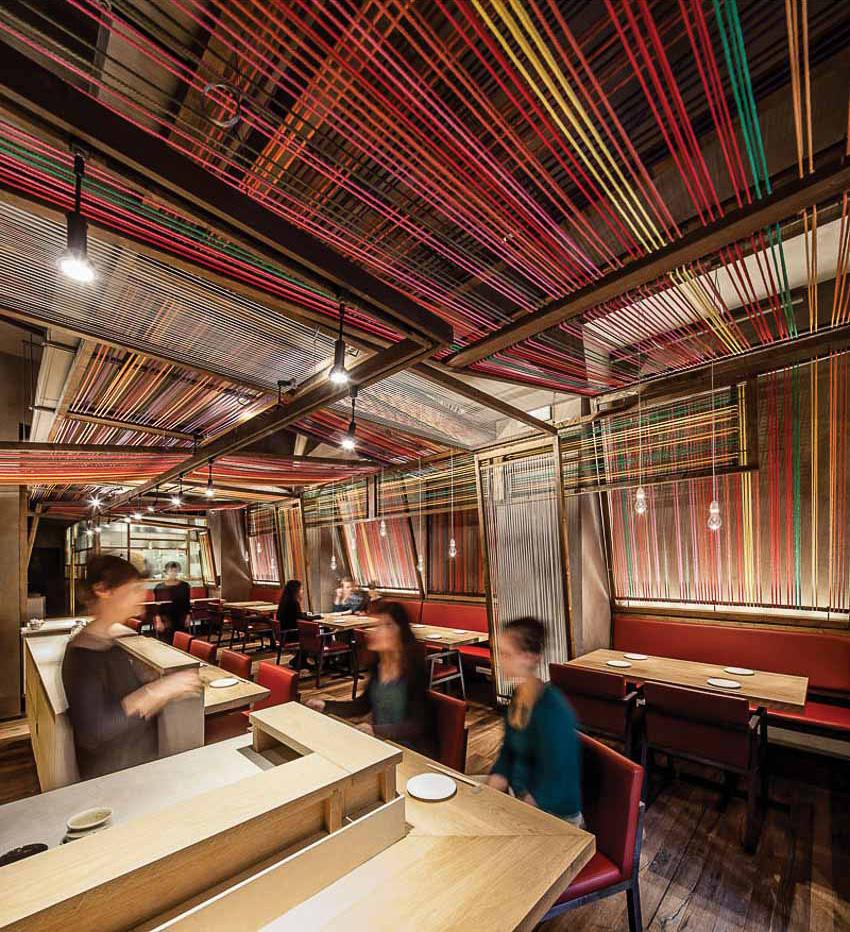 Nhà hàng với trần và vách làm từ những sợi dây thừng đầy sắc màu