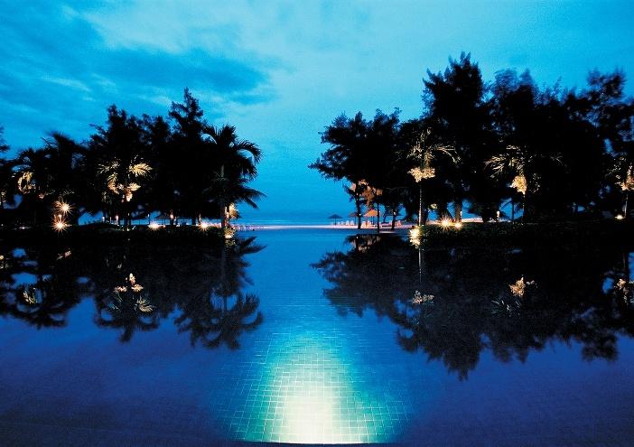 Biển và hồ bơi như không có ngăn cách ở Furama, Đà Nẵng