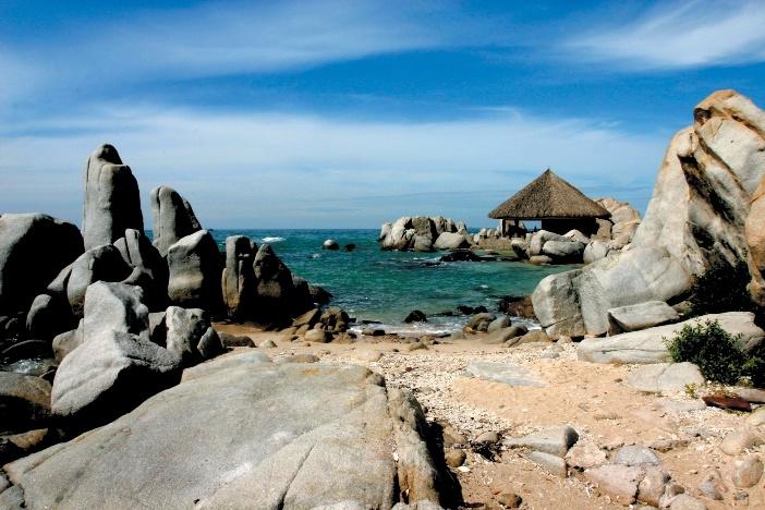 Bãi đá ven biển ở khu Hòn Cò, Cà Ná