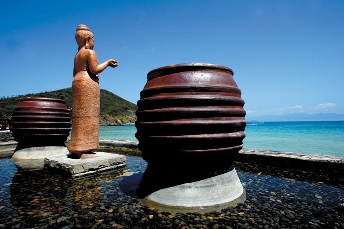 Tượng Chăm trước bờ biển ở Hòn Ngọc Việt
