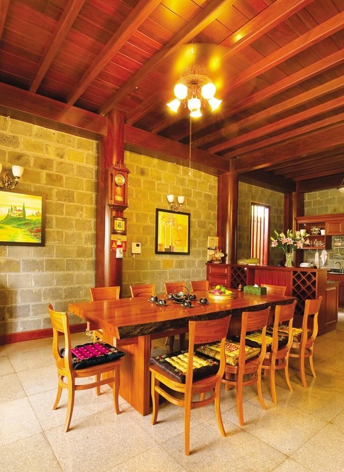 Đèn trên bàn ăn là dạng ánh sáng tập trung tạo sự ấm cúng, quây quần, kiểu dáng cần hài hòa với không gian cổ điển hay hiện đại