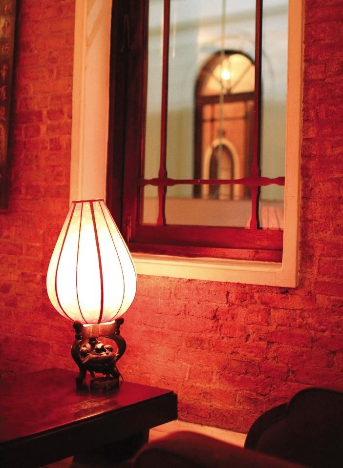 Dùng đèn bàn hay áp tường ánh sáng vàng tạo điểm nhấn đúng chỗ là cách gia tăng khí hiệu quả mà không tốn kém
