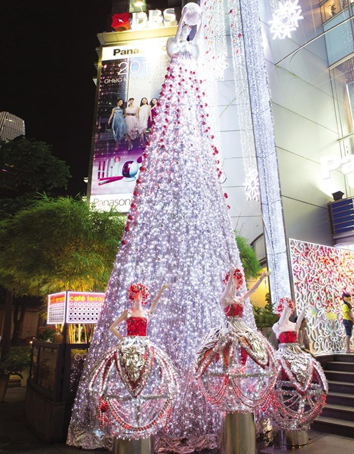 Tòa nhà Saigon Centre rực sáng cả một góc đường