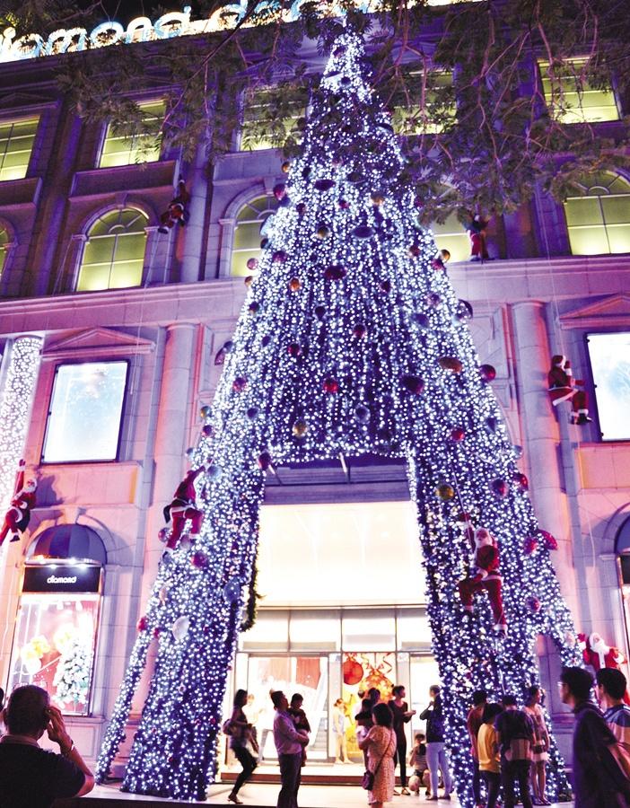 Diamond Plaza tạo ấn tượng với cây Giáng sinh cao hơn bốn tầng nhà