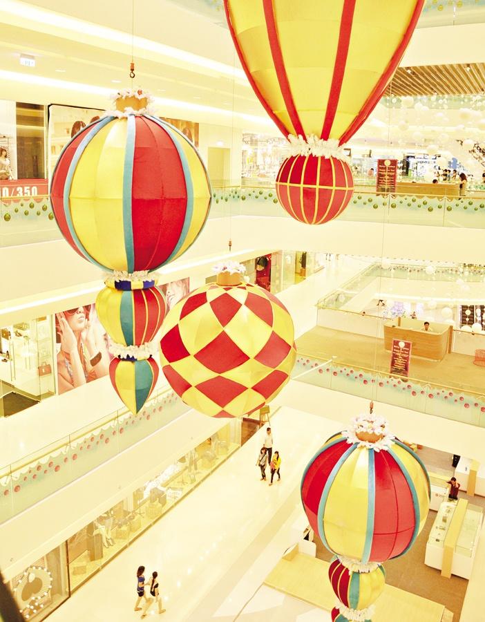 Những chuỗi cầu tuyết và quả châu khổng lồ trong Trung tâm thương mại Crescent