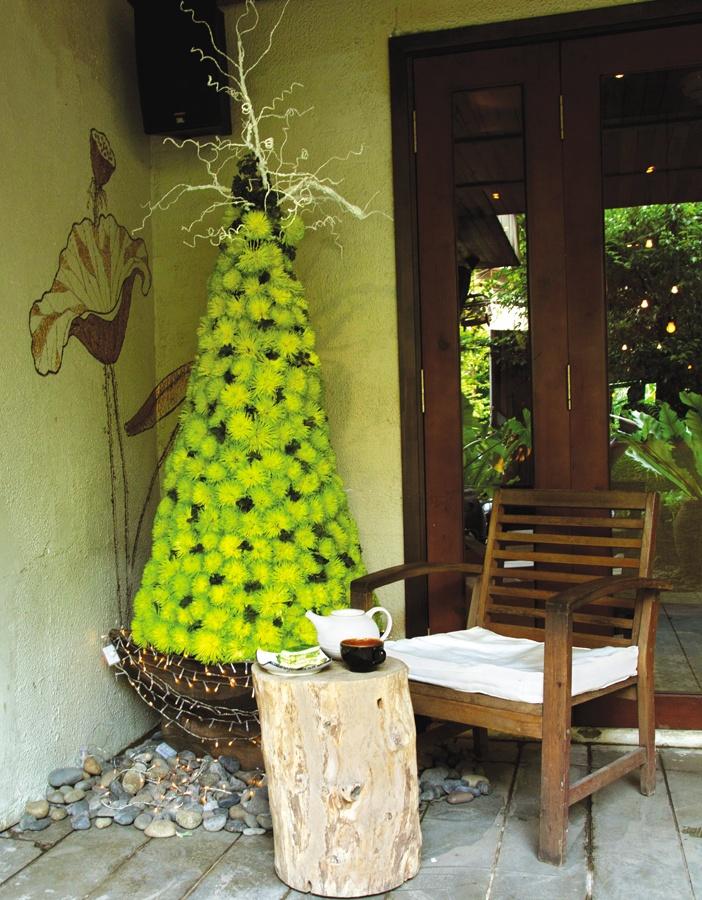 """Quán cà phê The Fig với """"cây thông"""" kết từ những bông cúc tươi, vừa mộc mạc vừa mới mẻ và thân thiện"""