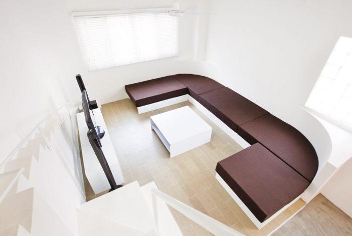 Phòng khách tầng trệt với cầu thang đôi, một cho người, một cho chó cưng