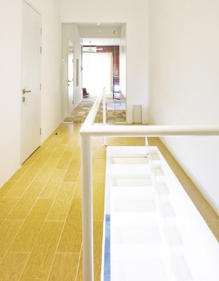 """Cầu thang cho thú cưng dẫn lên """"phòng"""" của chúng (cửa """"phòng"""" bé xíu nằm dưới, bên cạnh là hành lang dẫn tới phòng ngủ của chủ nhân"""