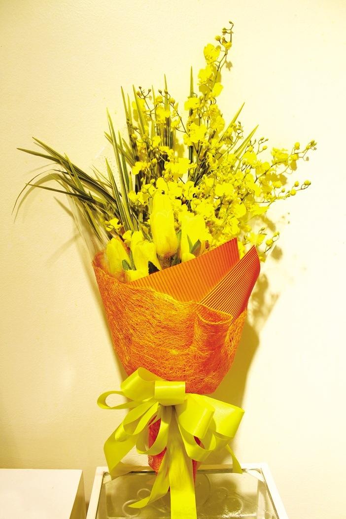 Kết hợp hoa tulip vàng với lan vũ nữ vàng hay những cành hoa đầu xuân