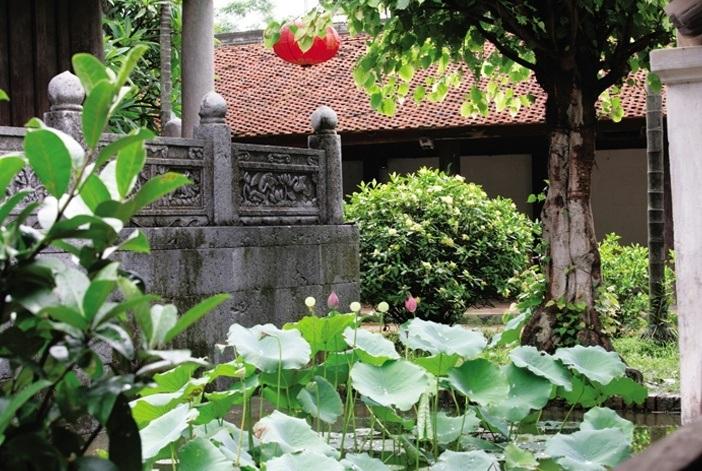 Trong nếp nhà truyền thống, giữa nhà và sân vườn, hàng hiên, bao cảnh luôn có quan hệ hỗ trợ, nương tựa vào nhau, dẫn dắt và che chắn hợp lý