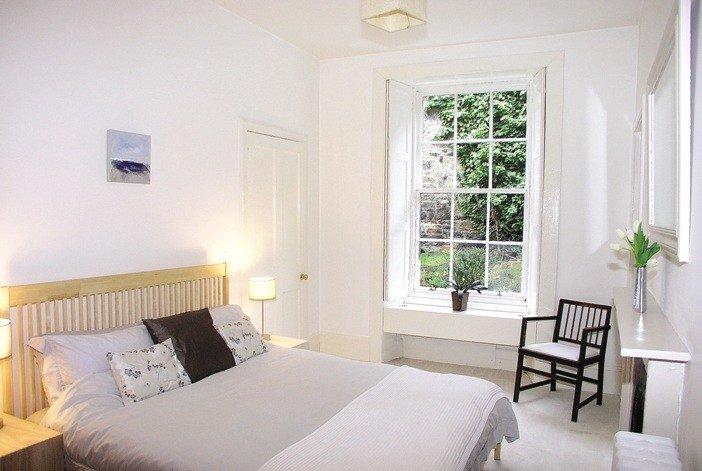 Nội thất phòng riêng gọn ghẽ, vừa đủ để giữ được cho nội khí bình ổn, cũng là tiết kiệm và dành không gian cho các sinh hoạt khác trong nhà