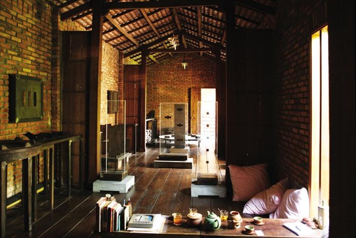 Phòng khách của nghệ sĩ, người đam mê nghệ thuật đôi khi cũng chính là xưởng sáng tác, chỗ trưng bày tác phẩm