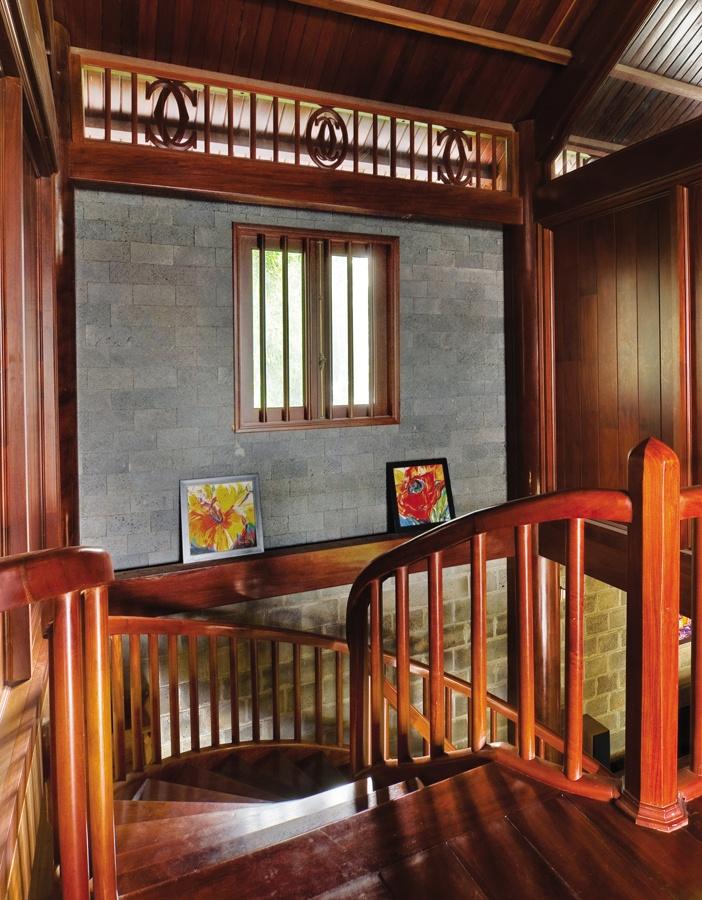 Dù cầu thang trong nhà hay ngoài trời vẫn có thể dùng chất liệu mộc mạc như một cách đem thiên nhiên vào gần hơn không gian sống