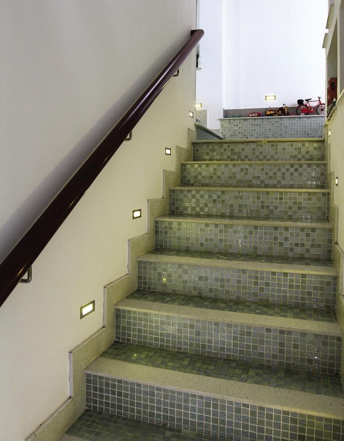 Trang trí không gian cầu thang bằng tranh ảnh, điêu khắc... nên mang tính điểm xuyết, tránh ảnh hưởng đến bước chân và sự chú ý khi lên xuống