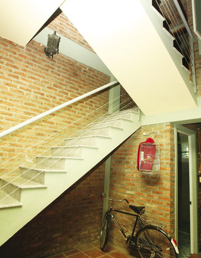 Cầu thang dẫn lên tầng trên, góc cầu thang là chiếc xe đạp Vĩnh Cửu làm vật trang trí