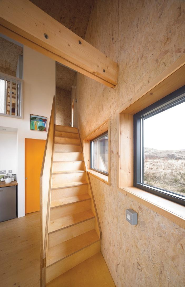 Cầu thang cũng bằng gỗ công nghiệp