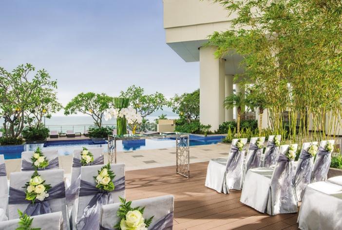 Tiệc cưới tổ chức trong phòng hay bên hồ bơi