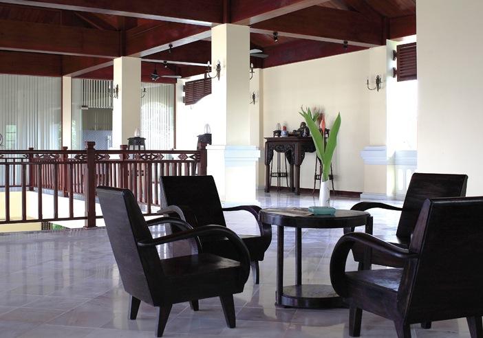 """Khi phòng khách cùng gian thờ """"di chuyển"""" lên tầng lầu, tính chất truyền thống vẫn có thể được giữ lại thông qua bài trí và phong cách nội thất"""