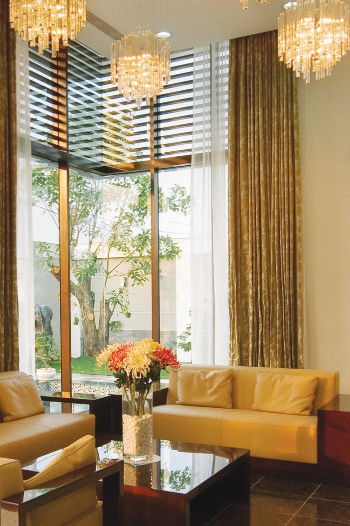 Phòng khách thuộc Thổ tạo được góc nhìn ra thiên nhiên, kết nối tốt trong ngoài, lấy sáng tự nhiên tốt