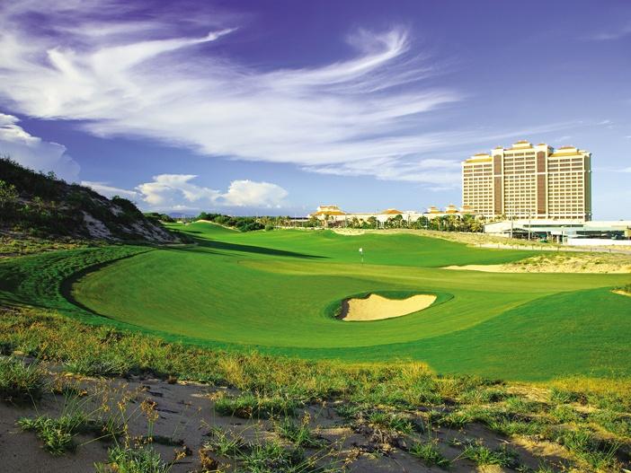 Toàn cảnh khách sạn nhìn từ phía sân golf