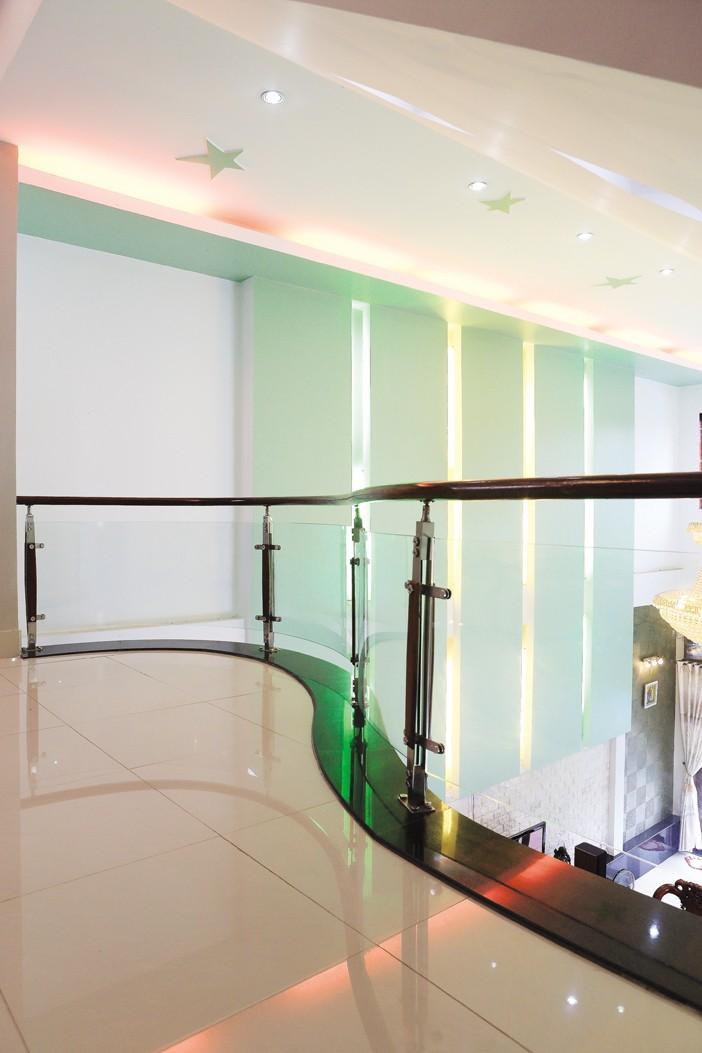 Những lối đi mềm mại, bo tròn cột, khoảng giếng trời ở phần xéo của ngôi nhà… giúp giảm bớt ngóc ngách, luồng khí trong nhà lưu thông tốt hơn