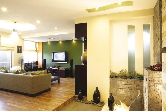 Đặt cây xanh, tủ trang trí, bể cá cảnh... tại những phần không gian ít sử dụng là giải pháp hữu hiệu để giảm góc cạnh vừa tăng sinh khí cho ngôi nhà