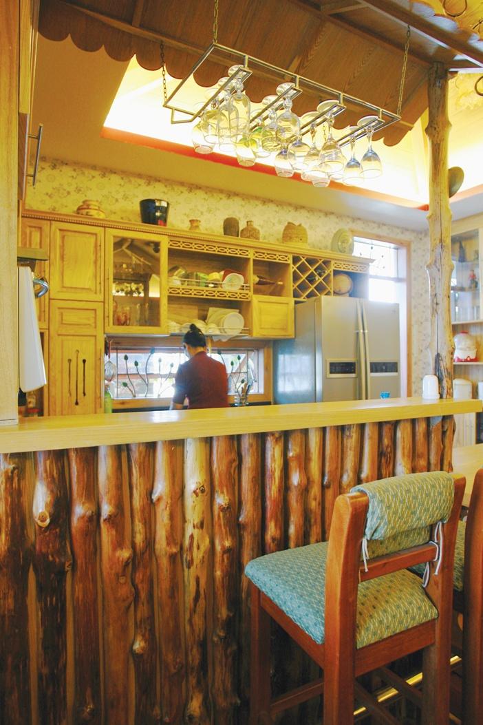 Một quầy bar nhẹ nhàng bằng các thân cừ tràm ghép lại sẽ là điểm trang trí hữu dụng và che chắn tốt cho gian bếp của một gia đình trẻ