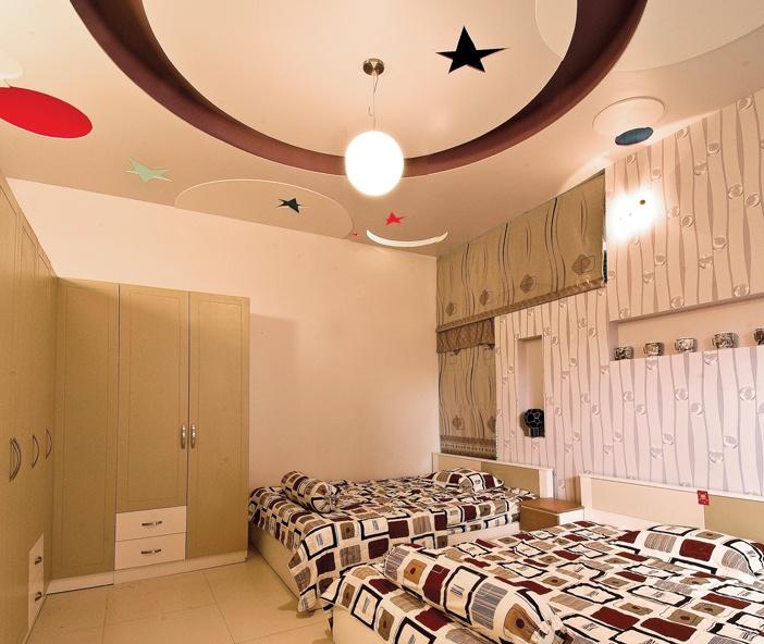 Dù trần nhà thường là màu trắng, nhưng tại các vị trí cần tươi vui như phòng sinh hoạt, phòng trẻ em vẫn có thể dùng màu đậm để tạo cá tính riêng, biến đổi không gian tích cực hơn