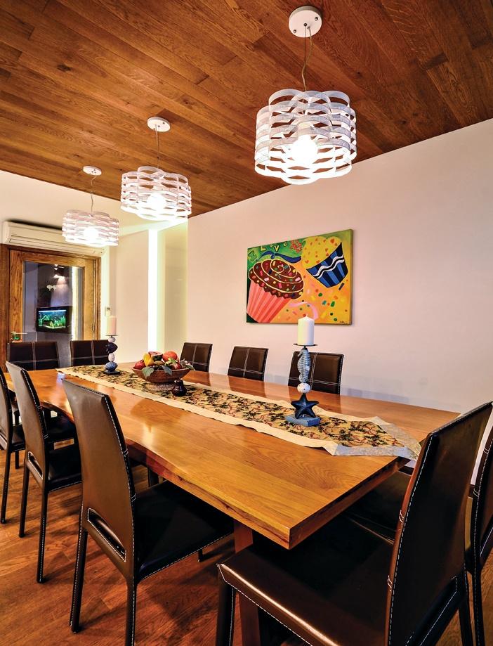 """Dùng màu và các chất liệu thiên nhiên (như đá, gỗ) sẽ giúp giảm sự đơn điệu khô cứng thường thấy, nhất là ở các căn hộ trên cao vốn bị tình trạng """"gần trời xa đất""""."""