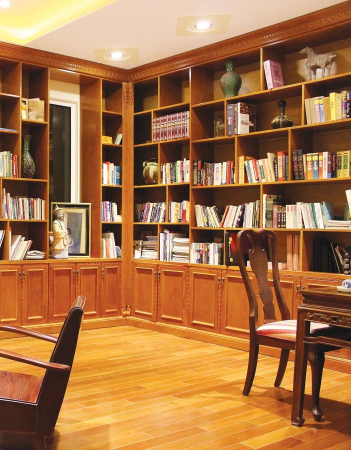 Thư phòng tại nhà với kệ sách, ghế thư giãn và ánh sáng chan hòa để cân bằng âm dương tốt hơn