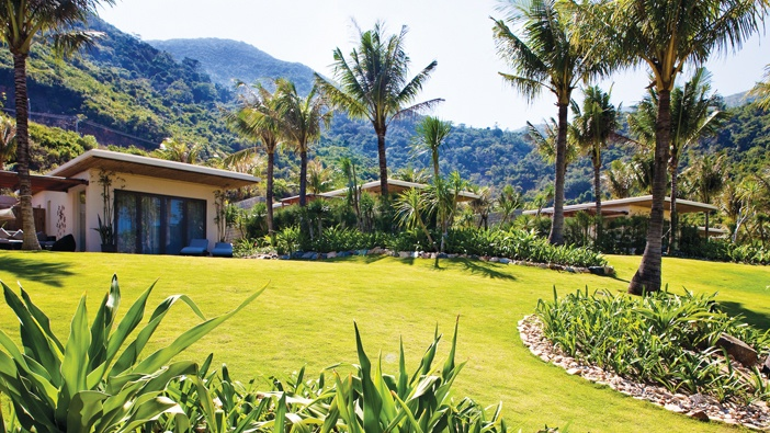 Mia Resort Nha Trang - Mảng xanh của cỏ và lớp bề mặt giúp làm giảm sự phản xạ và nhiệt từ ánh sáng mặt trời