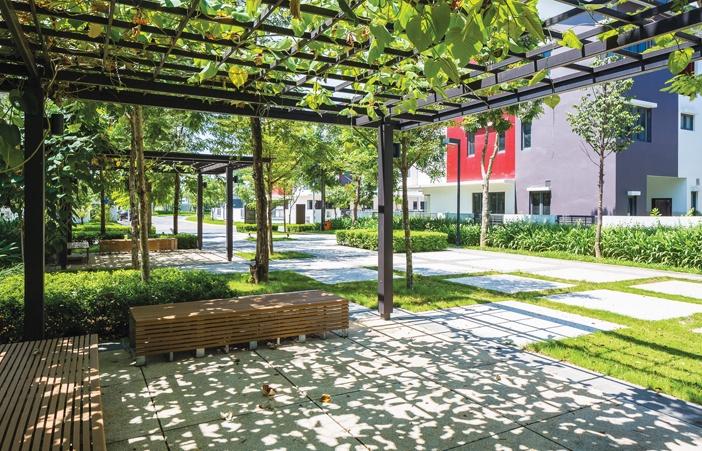 Gamuda Gardens, Hà Nội - Cây lớn và cây cảnh quan trang trí là những yếu tố chính trong giải pháp cải thiện điều kiện vi khí hậu cho khu nhà ở và môi trường sống. Những cây có tán rộng và thân cao vững chắc có thể tạo bóng mát cho không gian sử dụng bên dưới. Cây dây leo trồng trên giàn cũng được sử dụng rộng rãi để tạo ra những không gian sinh hoạt cộng đồng, như ghế ngồi nghỉ chân, nơi tụ tập ăn uống hoặc khu vực vui chơi cho trẻ em