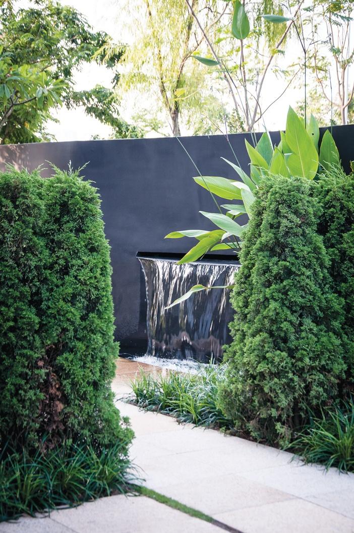 Gamuda Gardens, Hà Nội - Khu vườn tư nhân được làm mát từ hơi nước được tạo ra bởi những thác nước nhân tạo nhỏ trong vườn. Âm thanh róc rách từ thác nước tạo cảm giác thư giãn, hòa hợp với thiên nhiên