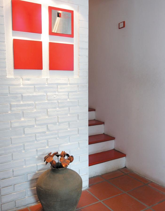 Đỏ - trắng là màu của logo công ty cũng là ấn tượng chính của văn phòng